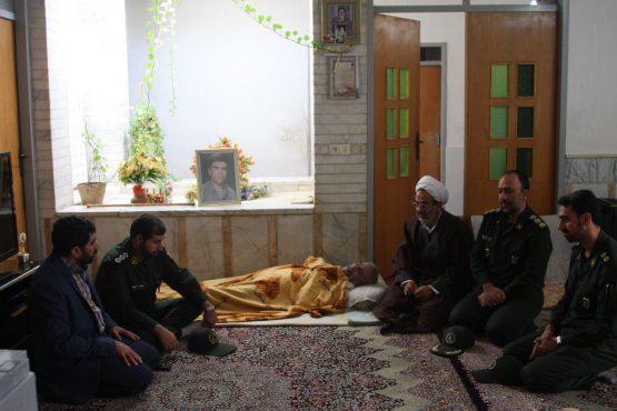 دیدار جانشین گروه توپخانه ۶۵ صاعقه رفسنجان با خانواده شهدا / تصاویر
