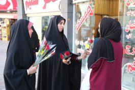 اهدای گل به بانوان در رفسنجان به مناسبت روز عفاف و حجاب / تصاویر