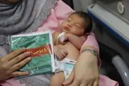 اهداء لباس شیرخوارگان حسینی به نوزادان بیمار رفسنجان