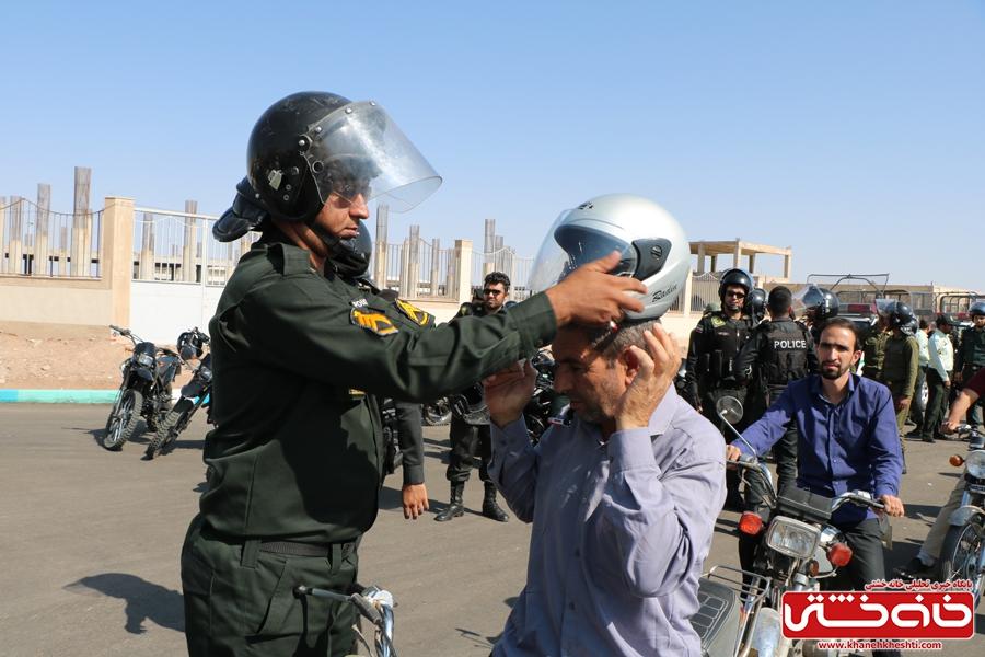 اهدا کلاه ایمنی به موتور سوران توسط فرماندهی انتظامی شهرستان رفسنجان بمناسبت هفته نیروی انتظامی