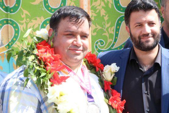 استقبال از نائب قهرمان وزنه برداری مسابقات پاراآسیایی در رفسنجان / عکس