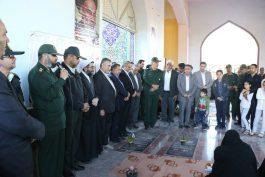 عطرافشانی قبور شهدای رفسنجان به مناسبت هفته بسیج / عکس