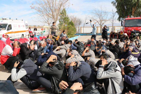 مانور سراسری زلزله در دبیرستان فرهنگ رفسنجان برگزار شد / عکس