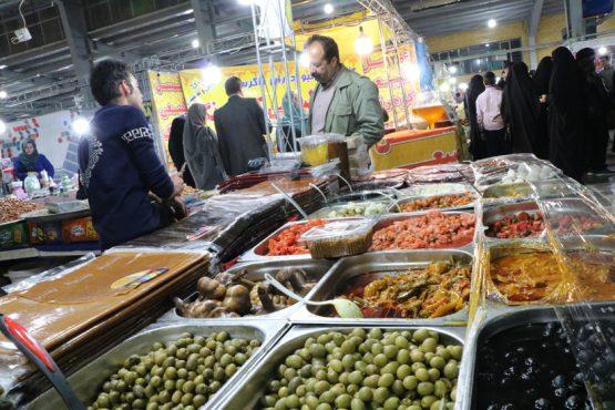گذری در نمایشگاه سوغات و هدایا در رفسنجان / عرضه 10 درصد زیر قیمت بازار  + تصاویر