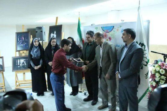 فعالان دبیرخانه نخستین جشنواره عکس «از چشم دختران ببینیم»در رفسنجان تجلیل شدند / عکس