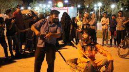 پرسه زدن معتاد فرغون به دست در بوستان های رفسنجان + عکس
