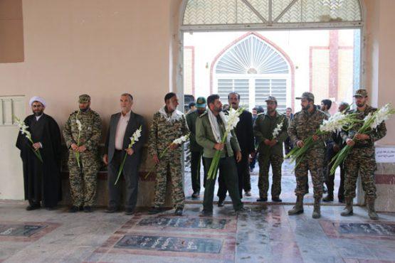 گلباران قبور شهدا در رفسنجان به مناسبت آغاز هفته بسیج/ عکس