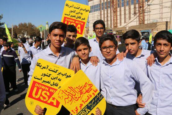 راهپیمایی ۱۳ آبان در رفسنجان، از حضور چهره ها و مسئولین تا سلفی های دانش آموزی و جای خالی دانشجویان/ تصاویر