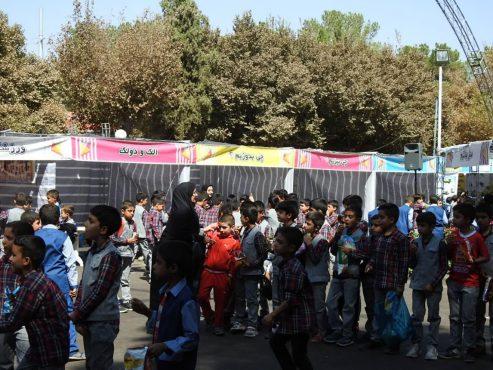 فعالیت نمایشگاه هفته ملی کودک در بوستان جوان رفسنجان/ عکس