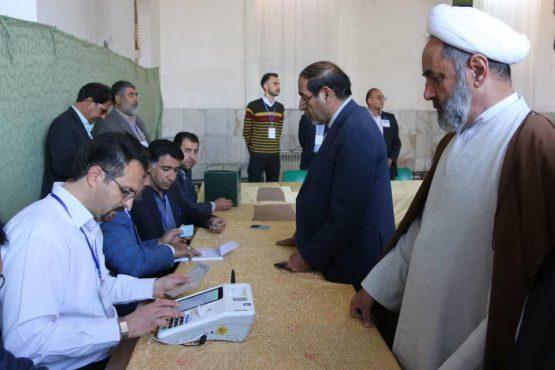 مسئولین رفسنجان در اولین دقایق رای خود را به صندوق انداختند/ عکس