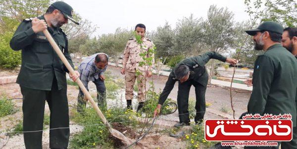 غرس ۱۴۰ اصله نهال به نیت تکریم شهدای مدافع سلامت در ناحیه مقاومت بسیج رفسنجان