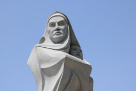 مجسمه مادر محکم ایستاده و حریمش را حفظ کرده است/ منتظریم که یادمان شهدای مدافع حرم بر دیوارهای زیرگذر خلیج فارس نقش ببندد