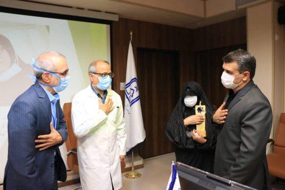 اهدای تندیس فداکاری به خانواده شهید مدافع سلامت در رفسنجان+ تصاویر
